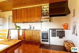 Keittiössä on tunnelmaa ja lämpöä tuova puuhella.