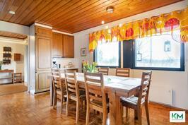 Keittiö on suuri. Sinne mahtuu iso ruokapöytä ja silti jää vielä tilaa kokata.