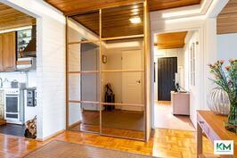 Näkymä ulko-ovelta. Oikealla käynti olohuoneeseen, vastapäätä takkahuoneeseen ja vasemmalla keittiöön.