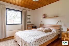 Makuuhuone 1, johon käynti keittlöstä.