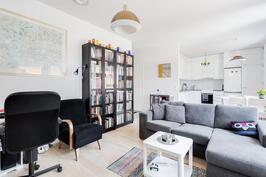 Olohuone ja keittiö modernisti yhtenäistä tilaa