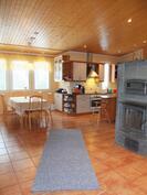 Olohuoneesta ruokailutilaan ja keittiöön