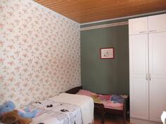 Makuuhuoneessa 3 on vaatekaapisto
