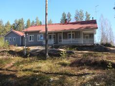 Talo sijaitsee männikkörinteen päällä