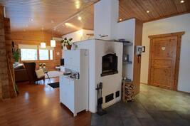 Leivinuuni keittiön ja olohuoneen välissä tuo mukavasti lämpöä koko taloon