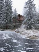 Talvella järveltäpäin kuvattuna