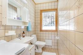 yläkerran wc, vieressä vaatehuone
