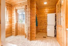 Kodinhoitotila kylpyhuoneen vieressä