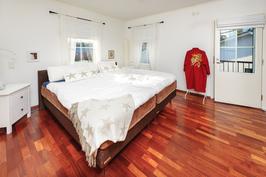makuuhuone ranskalaisella parvekkeella varustettuna