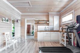 Keittiövarustusta talon toisessa päädyssä