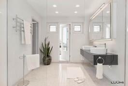 kauniisti saneerattu kylpyhuoneosasto