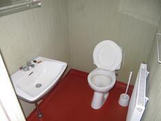 Piharakennuksen wc.