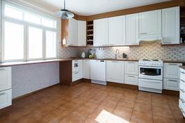 Tilava keittiö, jossa tilaa vaikka ruokapöydälle tai saarekkeelle