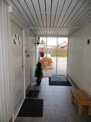 Sisääntulo (sisäkuva autotallin ja talon välinen tila)
