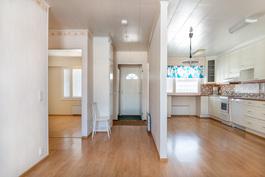 Olohuoneesta katsottuna vasemmalla pienempi makuuhuone, eteinen ja keittiö