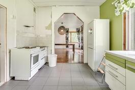 Näkymä keittiöstä ruokailuhuoneeseen