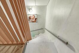 Portaikko yläkerrasta kuvattuna
