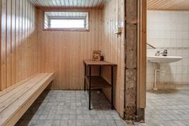 Pukuhuone ja kylpyhuone kellarissa