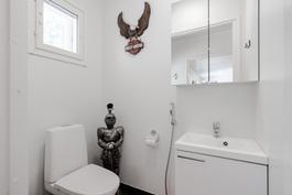 Kodinhoitohuoneen yhteydessä oleva toilet