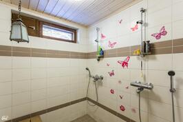 pesuhuoneessa kahdet suihkut
