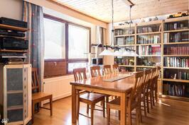olohuone jatkuu kirjasto-/ruokailutila