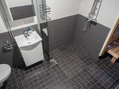 kylpyhuoneen lattiat laattaa ja seinät kaakelia