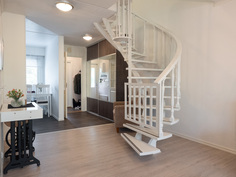 käsityönä tehty portaikko yläkertaan
