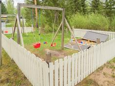 lasten leikkipaikka talon pihalla