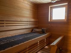 saunassa led valot katossa ja lauteiden alla, myös ikkuna ulos