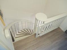 Kaunis portaikko, jossa esim. kukille tasot