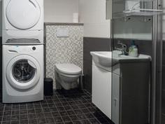 kylpyhuoneessa seinään kiinnittetty wc-istuin