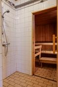 Kylpyhuoneen yhteydessä on oma sauna