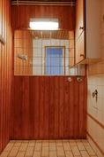Kylpyhuoneen yhteydessä oleva tila, jossa on paikka mm. pyykinpesukoneelle