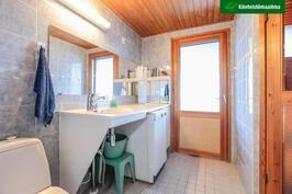 Kylpyhuoneesta pääsee parvekkeelle vilvoittelemaan