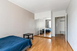 Makuuhuoneessa vaatekaapisto - lisäksi asunnossa tilava vaatehuone