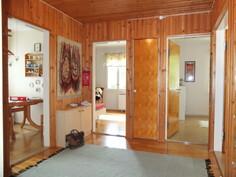 Eteistilasta.  Vasemmalla keittiö ja päässä makuuhuoneet. Olohuone jää oikealle