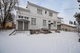 Pihalla oleva purkukuntoinen talo