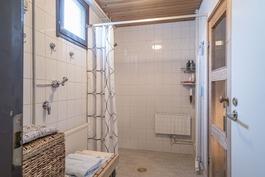 Alakerrassa kylpyhuone ja sauna.