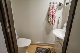 Myös alakerrassa erillinen wc.