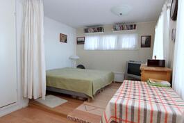 erinomainen makuuhuone perheen vanhemmille tai vieraiden majoitukseen.