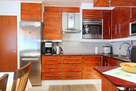 laadukas massiivipuinen keittiö missä reilusti kaappitilaa ja laadukkaat kodinkoneet