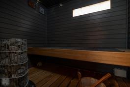 Tummassa saunassa pilarikiuas.