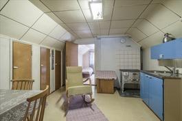 Yläkerran makuuhuoneiden välissä apukeittiö.