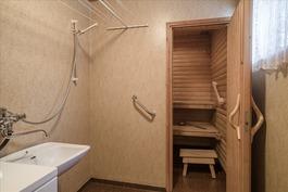 Alakerrassa peruskuntoinen kylpyhuone ja sauna.