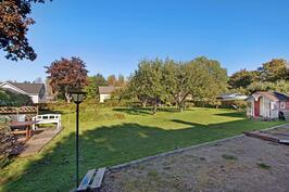 Erittäin avara ja hyvinhoidettu piha, jossa omena- sekä päärynäpuita - rymlig och välskött gårdsplan med både äppel- och päronträd