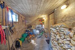 Kellarissa varasto, josta käynti ulos pihalle - Källarlager med utgång