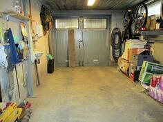 Autotalli alakerrassa, tallista käynti varasto/työtilaan sekä sisätiloihin ja saunaan