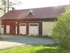 Talousrakennus, jossa autotalli ja -katos, varasto sekä lampola/kanala.