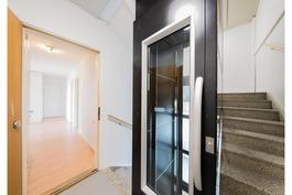 Hissi ja sisäänkäynti asuntoon