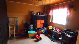 Alakerran huone, jossa kaapistoja